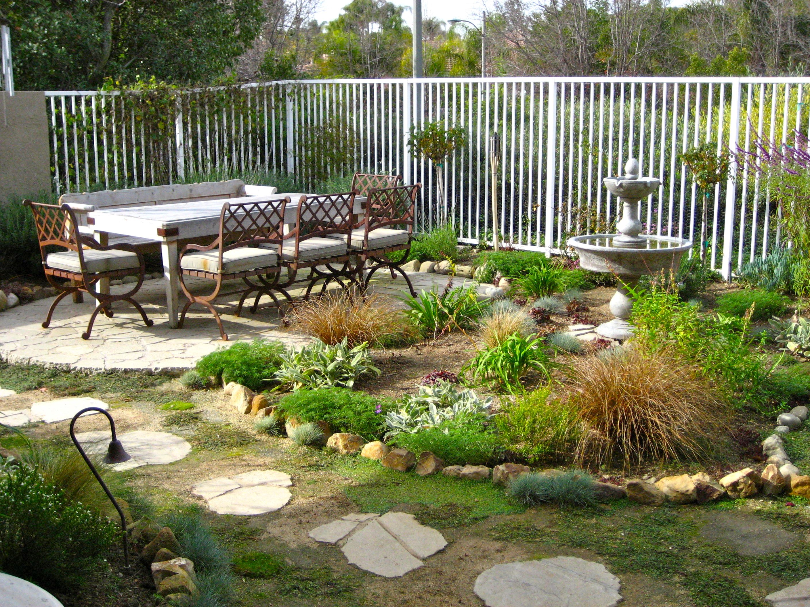 Backyard patio design ideas to accompany your tea time for Small backyard ideas